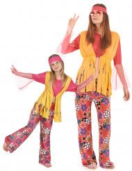 Kleurijke hippie outfits voor moeder en dochter