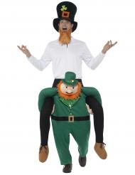 Man op de rug van een kabouter kostuum voor volwassenen