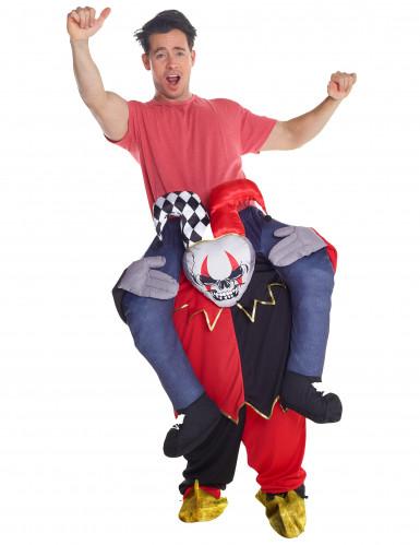 Man op de rug van een harlekijn kostuum voor volwassenen